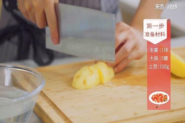 土豆炖排骨做法步骤:4