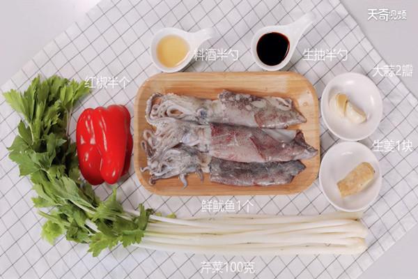 芹菜炒鲜鱿做法步骤:1