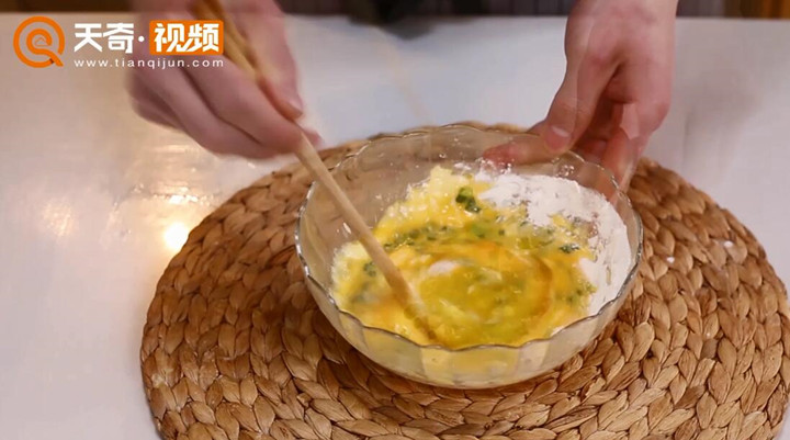 葱花鸡蛋饼做法步骤:3