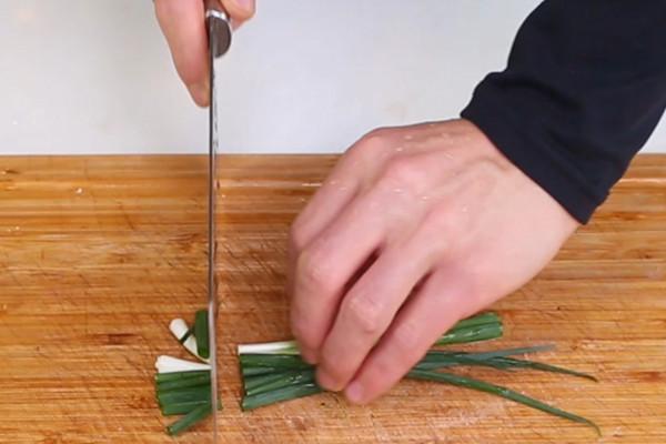 小葱拌豆腐做法步骤:3