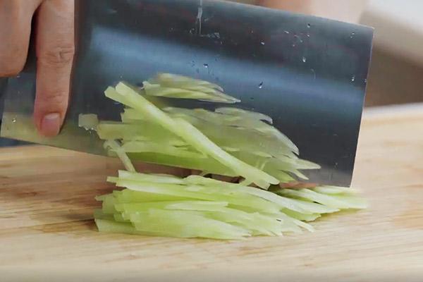 凉拌莴笋丝做法步骤:4