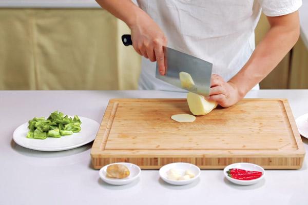 五花肉干煸土豆片做法步骤:4
