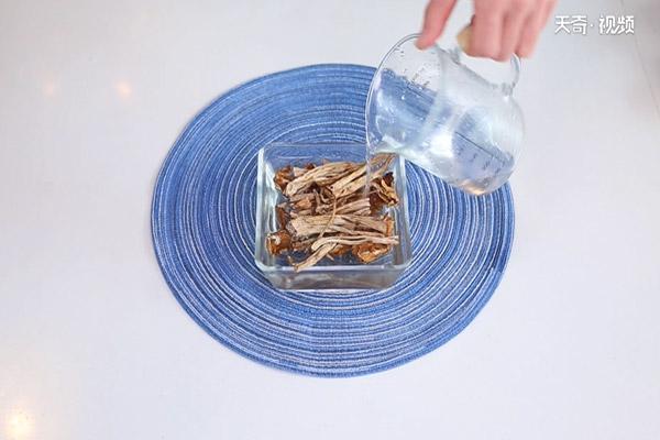 茶树菇炖鸡做法步骤:2